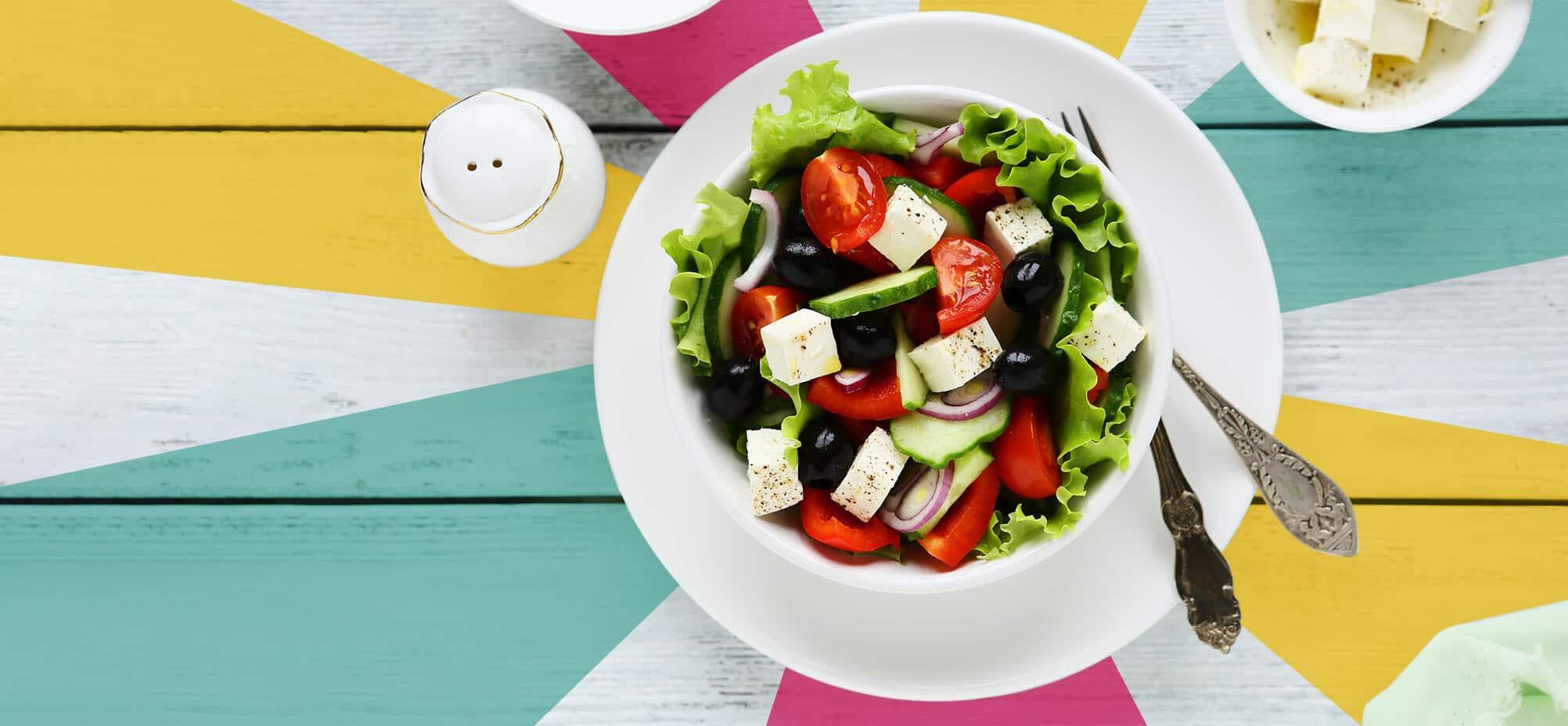 On vous propose une recette de salade grecque, fraîche et ensoleillée, et low carb !